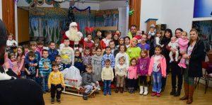 Grupni portret sa Deda Mrazom